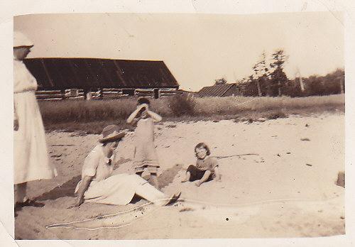 Annie and Bessie Reid, Bruce and Olga Crewson 1922
